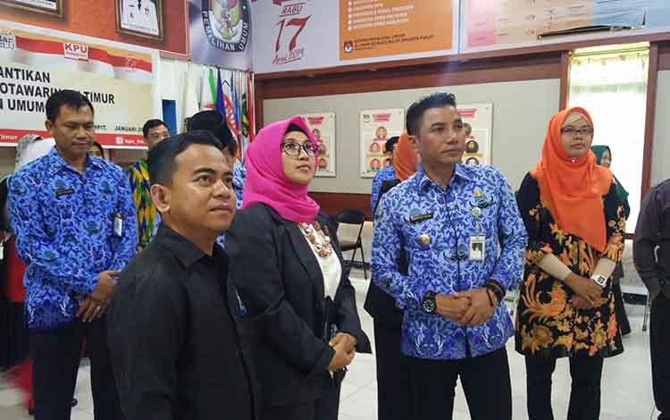 Bupati Kotim Supian Hadi bersama Wakil Bupati Taufiq Mukri saat memantau ruangan KPU didampingi sejumlah komisioner.