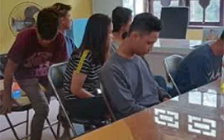 Sejumlah remaja dan siswa saat dimintai keterangan oleh pihak Satpol PP.