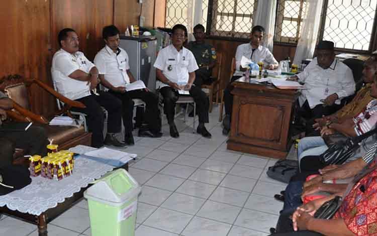Mediasi antara warga Desa Pantai dengan PT KSS yang difasilitasi Pemkab Kapuas.