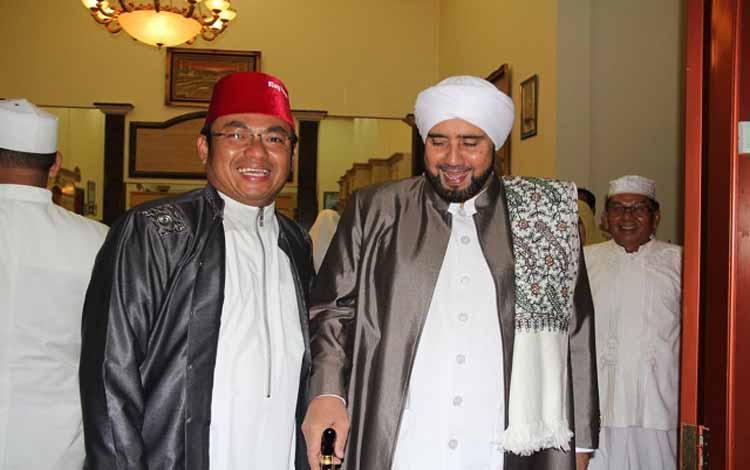 Anggota DPR RI Rahmat Nasution Hamka (kiri) bersama Habib Syeh (kanan)