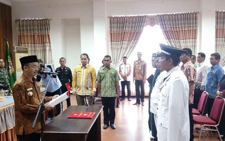 Acara pelantikan Pj Kepala Desa di Aula Kantor Bupati Seruyan