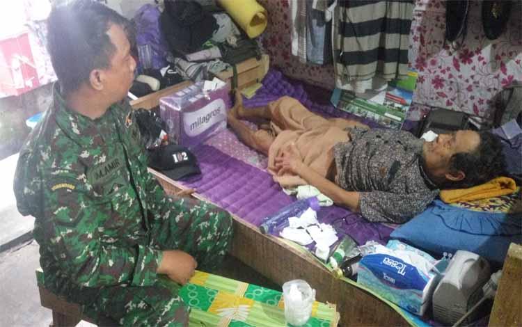 Serma M Amir ketika mengecek kondisi Sunawi, Senin (21/1/2019)