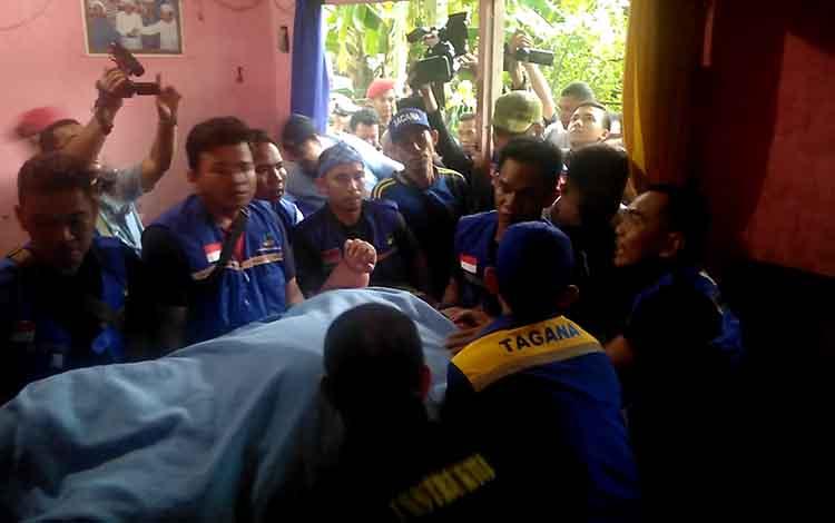Proses evakuasi Titi Wati masuk ke dalam rumahnya .