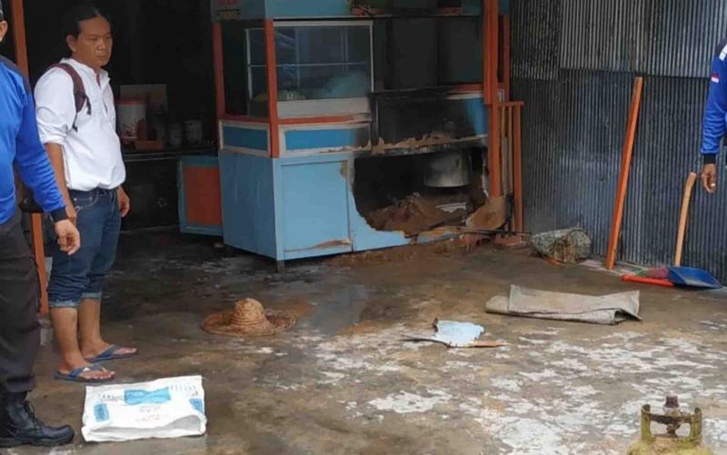 Warung bakso di Kapuas yang nyaris terbakar.
