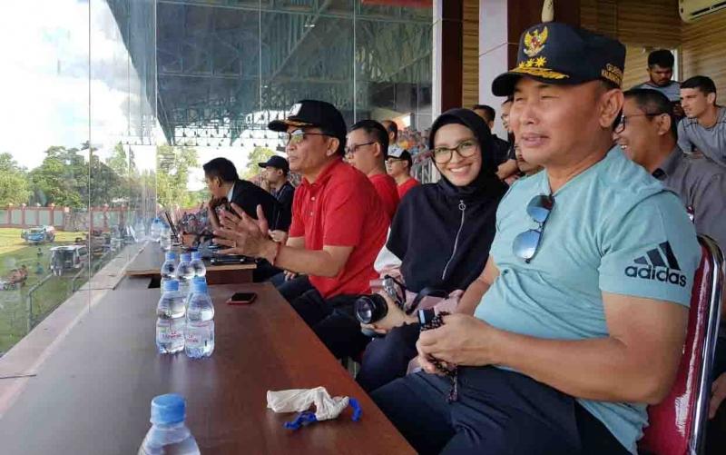Dari kanan: Gubernur Kalteng, Sugianto Sabran, istri, Ivo Sugianto Sabran, dan CEO Kalteng Putra, Agustiar Sabran, menyaksikan laga Kalteng Putra vs PSM Makassar.