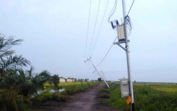 Kondisi tiang listrik yang miring usai diterjang angin puting beliung di Kabupaten Kapuas.