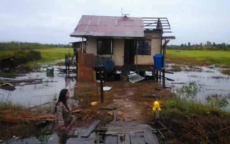 Kondisi bangunan rusak pasca diterjang angin puting beliung di Kabupaten Kapuas, Senin (28/1/2019)