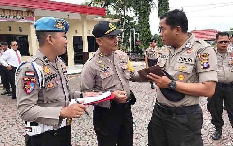 Anggota Propam Polres Barito Utara memeriksa kelengkapan dan kerapian anggota Polres Barito Utara, Senin (28/1/2019).