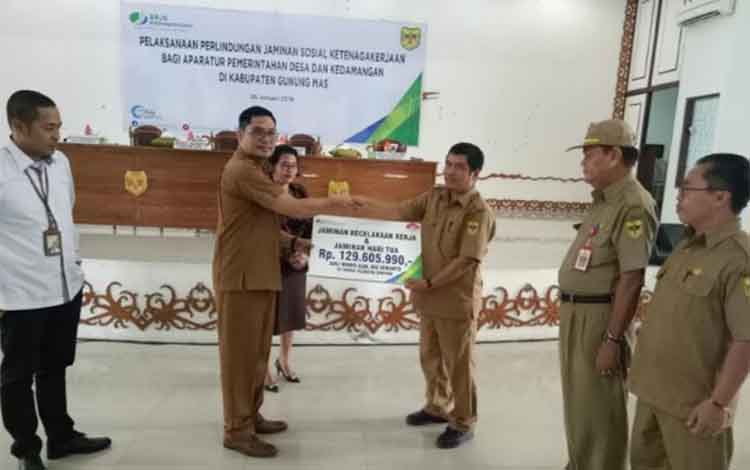 Wakil Bupati Guning Mas Rony Karlos menyerahkan santunan secara simbolis kepada ahli waris peserta BPJS Ketenagakerjaan, Senin (28/1/2019).