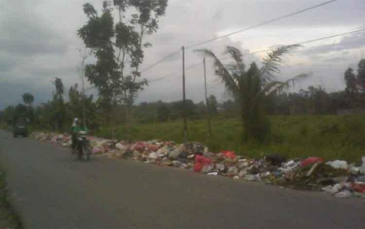 Lahan warga yang di jadikan tempat pembuangan sampah sementara di Jalan Padat Karya II, Kumai.