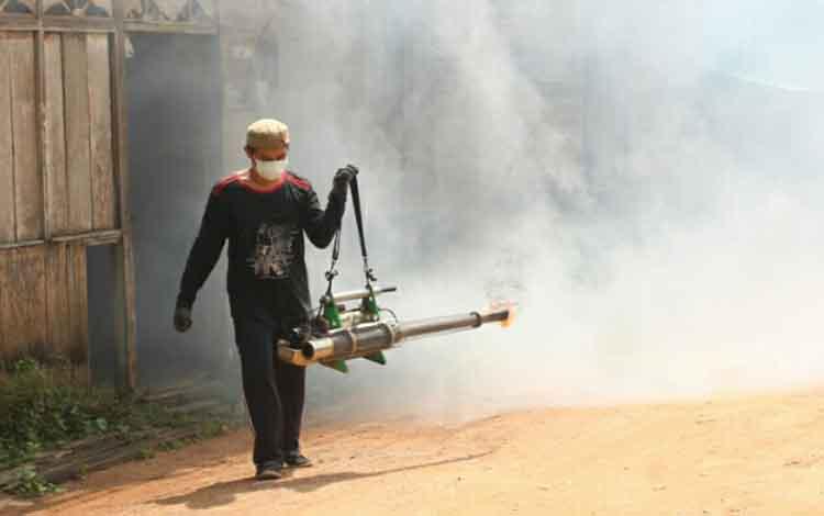 Petugas Dinkes Lamandau saat melakukan fogging, beberapa waktu lalu.