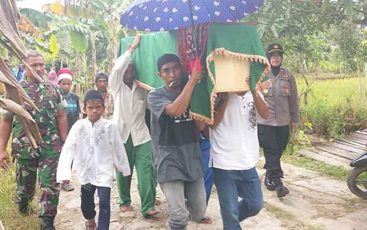 Suasana pemakaman korban minuman keras oplosan yang turut dihadiri Kapolsek Kapuas Hilir Iptu Siti Rabiyatul Adawiyah, Rabu (30/1/2019)