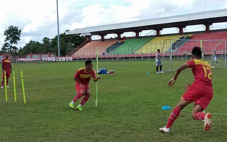 Skuad Kalteng Putra menjalani latihan taktik di Stadion Tuah Pahoe, Palangka Raya, Rabu (30/1/2019).