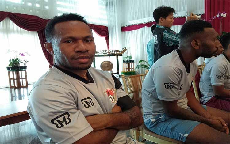 Pahabol (kiri) resmi bergabung ke Kalteng Putra, Kamis (31/1/2019)