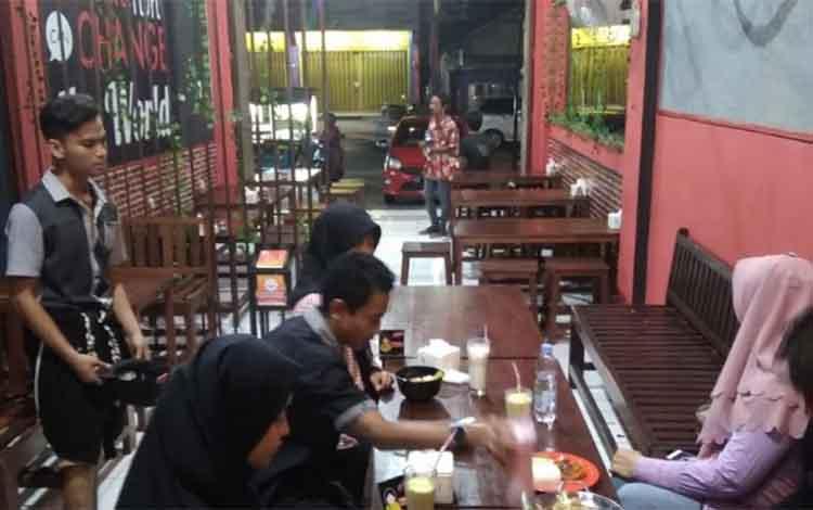 Sejumlah pengamen saat berada di rumah makan di Sampit