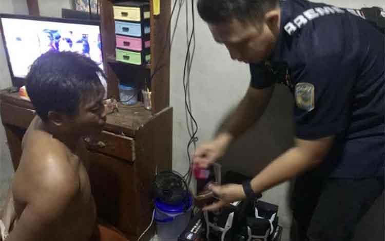 Proses penangkapan tersangka Madnadin, bandar narkoba asal Kelurahan Kumai Hilir, Kecamatan Kumai.