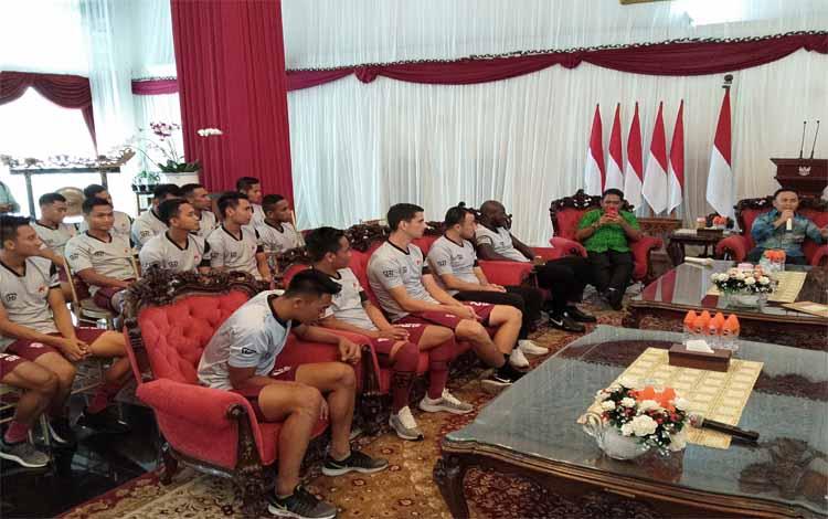Tim Kalteng Putra mendapat masukan dari Gubernur Kalteng Sugianto Sabran di Istana Isen Mulang, Kamis (31/1/2019)