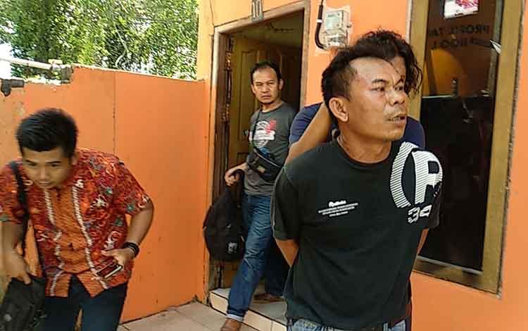 Pelaku RD (Baju Hitam) saat ditangkap aparat kepolisian