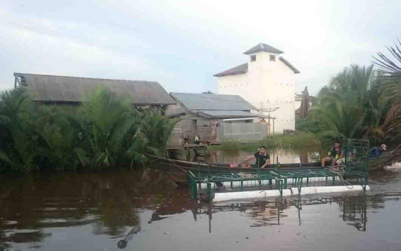 Pemasangan perangkap buaya di Sungai Seranggas.