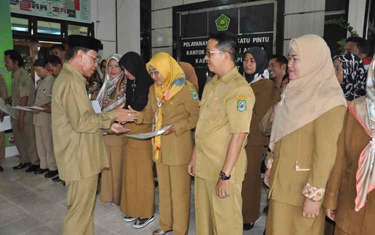 Kepala Kemenag Kapuas Ahmad Bahruni menyerahkan SK kenaikan pangkat, Senin (4/2/2019)