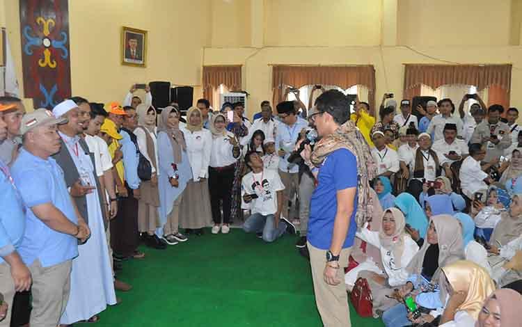 Sandiaga Uno saat mengukuhkan relawan Pemenangan Prabowo - Sandi di Asrama Haji Palangka Raya.