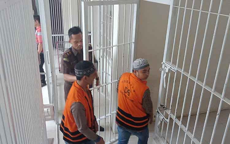 Terdakwa pencurian walet Santoso alias Oso dan Fendi.