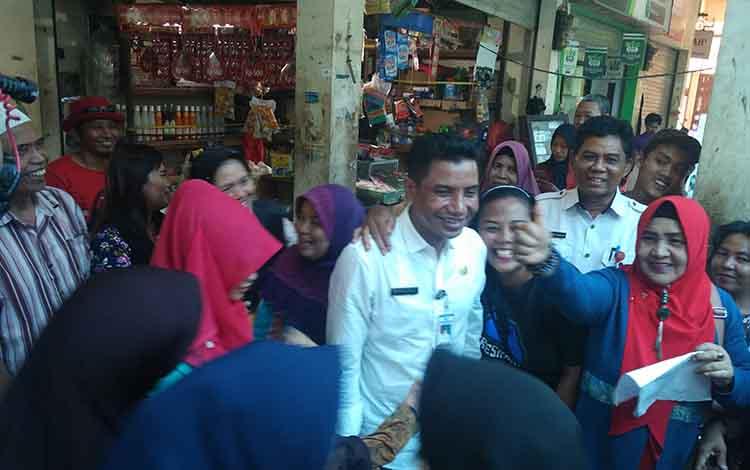Sejumlah masyarakat baik pedagang maupun pembeli di PPM Sampit mengerumuni Bupati Kotim, Supian Hadi.