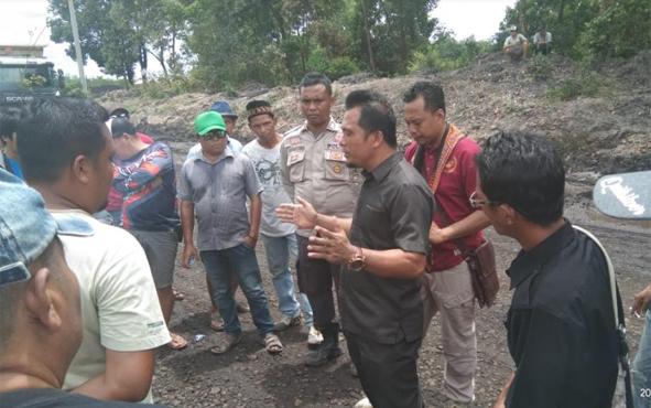 Anggota DPRD Bartim Hairi saat menemui masyarakat Desa Telang Baru dan Juru Banu saat melakukan aksi penutupan jalan di eks Pertamina, beberapa waktu lalu.