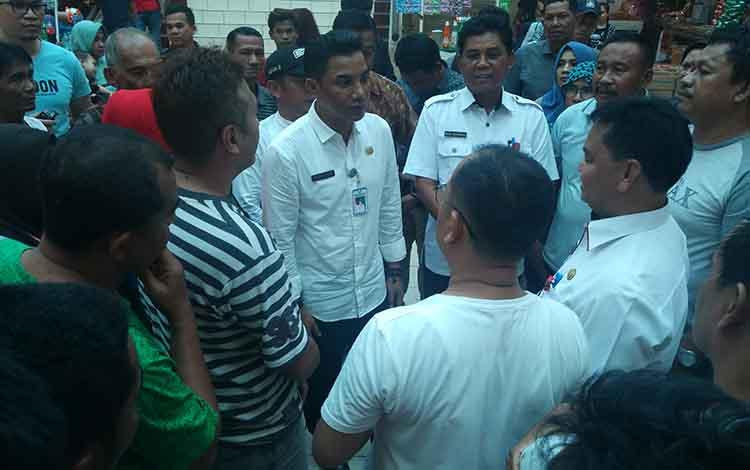 Bupati Kotim, Supian Hadi, bersama Sekda Halikinnor saat berbincang dengan pedagang PPM Sampit.