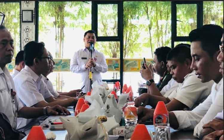 Bupati Kotim Supian Hadi saat rapat dan makan bersama dengan SOPD.