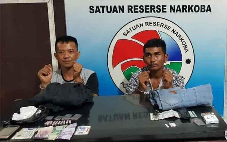Dua tersangka narkoba yang berhasil ditangkap anggota Sat Narkoba Polres Kobar