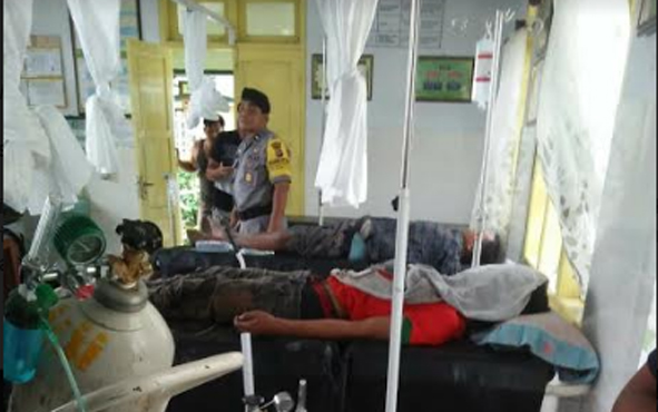Tiga buruh tewas dan tiga mengalami luka akibat tiang telepon yang didirikannya menyentuh kabel listrik.