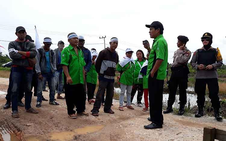 Suasana saat berlangsungnya unjuk rasa di halaman kantor PT SUA Desa Sei Asam Kecamatan Kapuas Hilir, Kamis (7/2/2019) siang