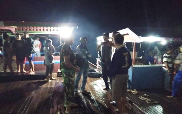 Suasana saat warga dan aparat kepolisian serta TNI berkoordinasi untuk mencari mobil yang tercebur ke sungai saat hendak menaiki fery penyeberangan di Desa Sei Pitung, Jumat (8/2/2019) malam.