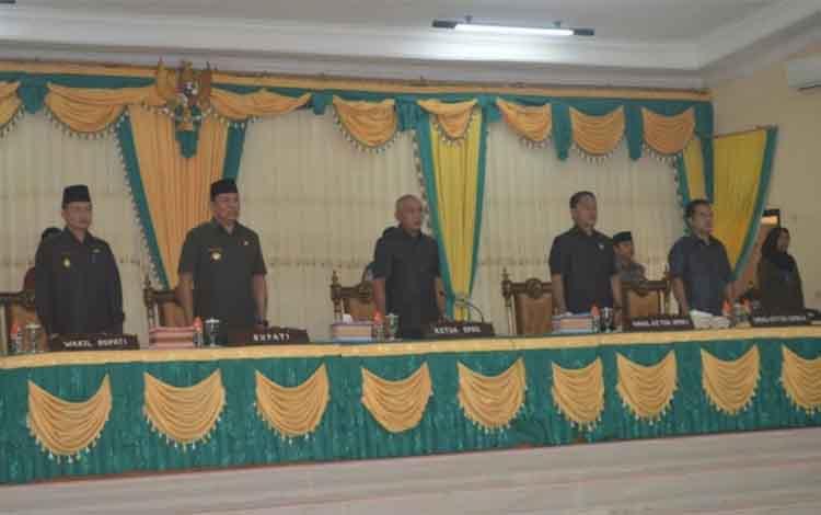Bupati, Wakil Bupati, Ketua DPRD Lamandau dan dua wakilnya pada rapat paripurna, Jumat (8/2/2019)