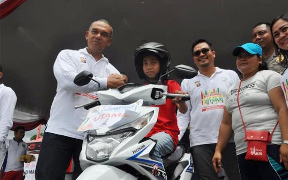Wakil Bupati Gumas Rony Karlos (kaca mata) dan Kapolres AKBP Yudi Yuliadin  saat kegiatan Borneo Millennial Road Safety Festival di Taman Kota, Kuala Kurun, Miinggu (10/1/2019).