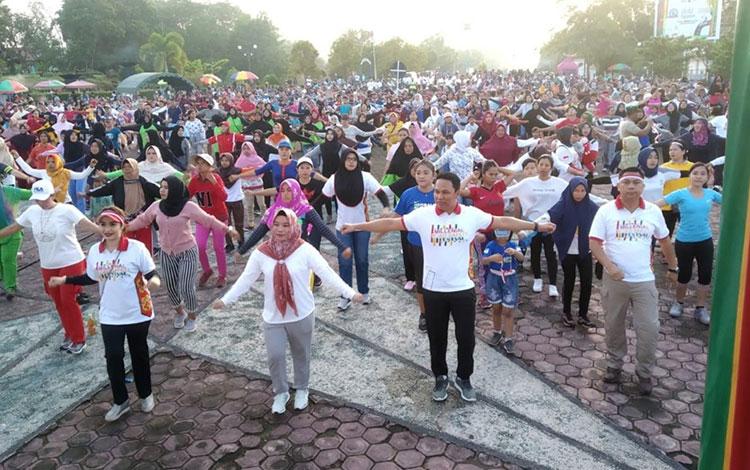 Tampak Kapolres dan Bupati serta ribuan warga yang didominasi kaum millenial saat mengikuti senam