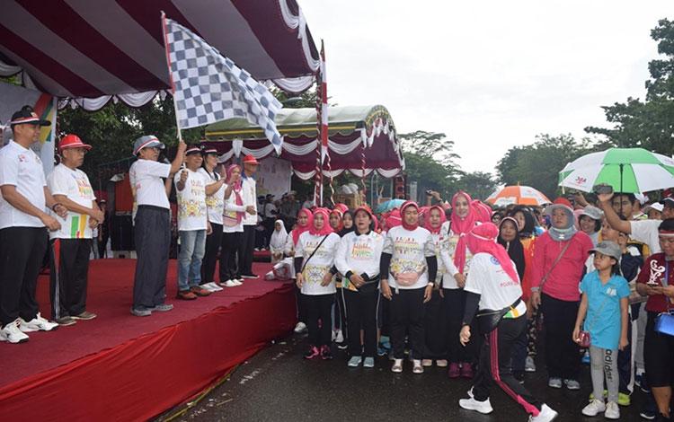 Wakil Bupati Kapuas Nafiah Ibnor saat membuka kegiatan Jalan Sehat di Stadion Panunjung Tarung