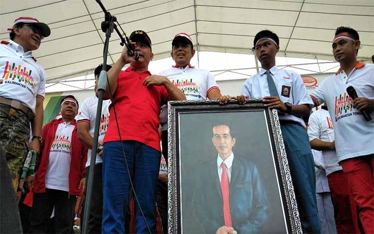 Gubernur Kalteng Sugianto Sabran berjanji akan menguliahkan Ilham (dua dari kanan), Minggu (10/2/2019)