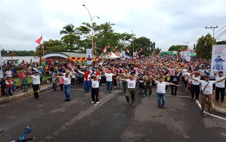 Ribuan warga mengikuti senam kolosal