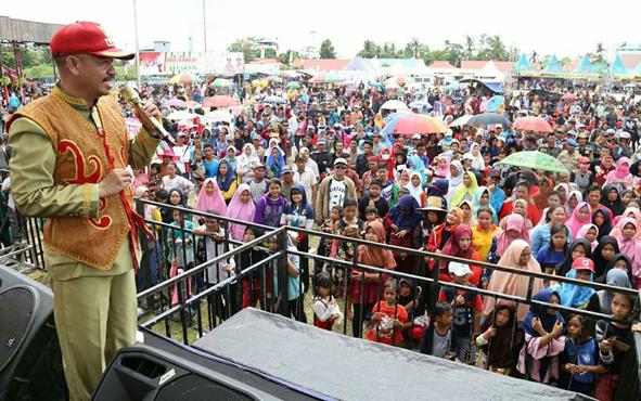 Bupati Seruyan Yulhaidir menyampaikan sambutan pada acara puncak Festival Danau Sembuluh, Minggu (10/2/2019).