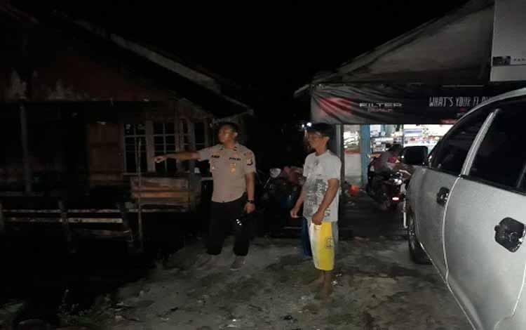 Kapolsek Bukit Batu Ipda Arif Dany Susanto mengecek ketinggian debit air di Pelabuhan Tangkiling