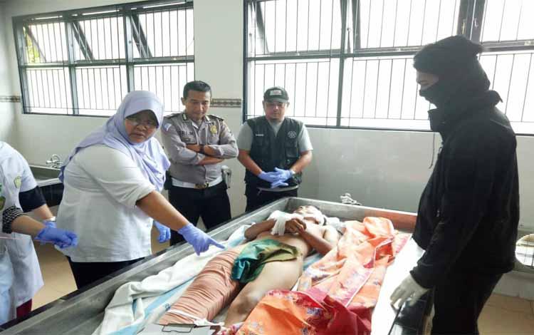 Tim dokter melakukan visum terhadap jenazah Candra Sinaga (20) di Ruang Kamboja RSUD Doris Sylvanus Palangka Raya