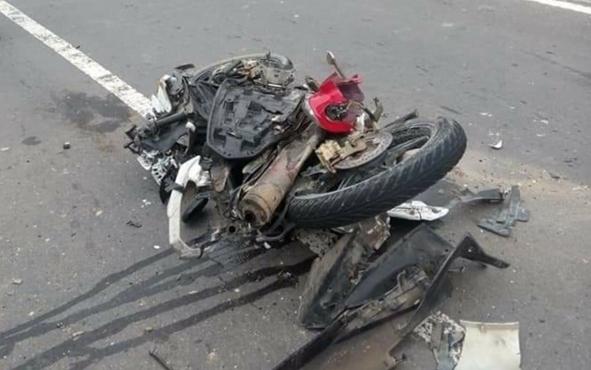 Sepeda motor Yamaha Jupiter MX bernomor polisiKH 2527 HF yang dikendarai Pengki Prianto rusak parah setelah terlibat kecelakaan dengan truk tangki di jalan Kuala Kurun-Palangka Raya, Sabtu (9/2/2019).