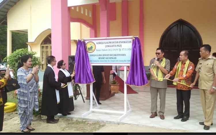 Wakil Bupati Gumas Rony Karlos (kanan) membukan tirai penutup plang nama gedung GKE Gloria.