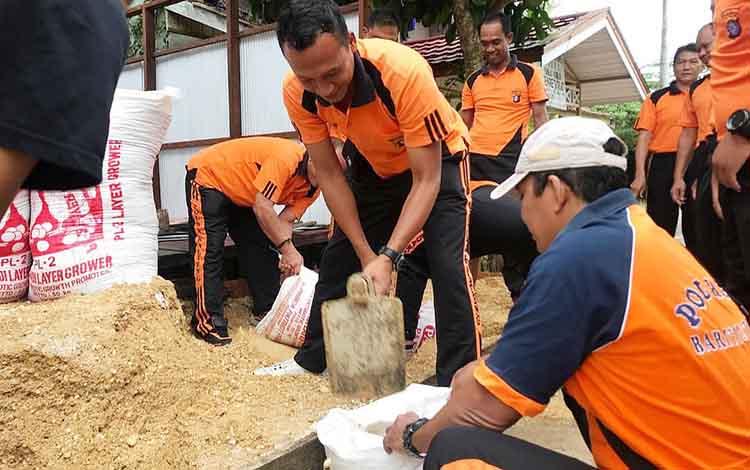 Personel Polres Barito Utara saat melakukan renovasi panti asuhan Bina Manggala.