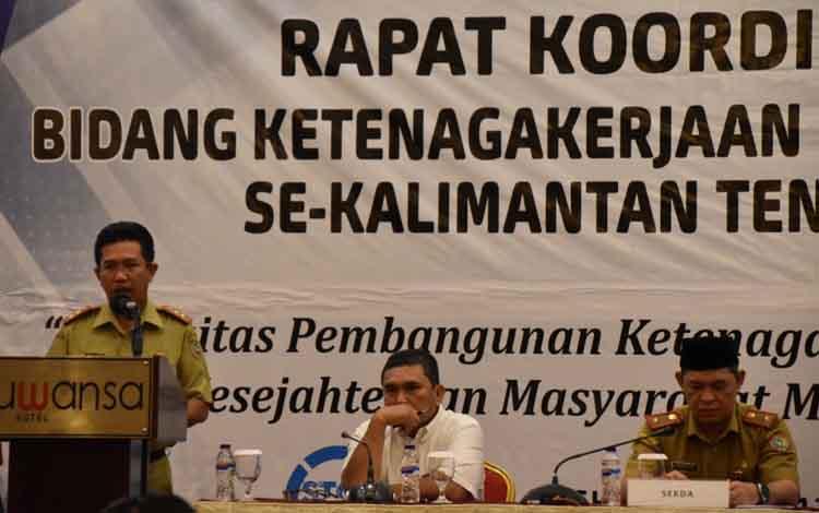 Kepala Dinas Ketenagakerjaan dan Transmigrasi Provinsi Kalteng Syahril Tarigan (berdiri).