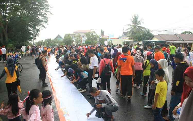 Antusiasme warga dalam penandatanganan deklarasi tertib berlalulintas di kawasan Taman Kota Kuala Kapuas.