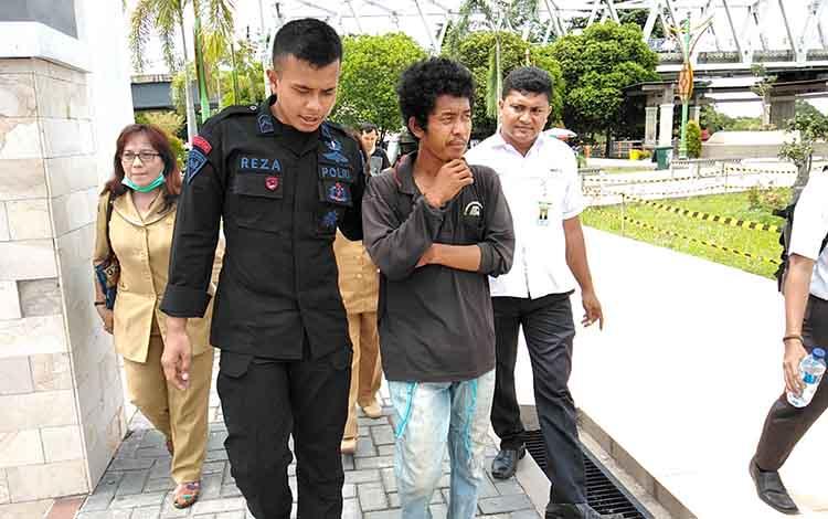 Polisi bersama petugas dinsos membawa pria diduga gangguan jiwa ke RS Kalawa Atei, Selasa (12/2/2019).