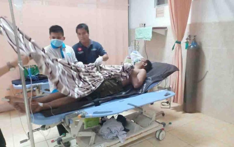 Korban kecelakaan tunggal saat ditangani di rumah sakit.